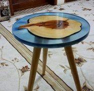 میز چوبی کنار مبلی رزین اپوکسی